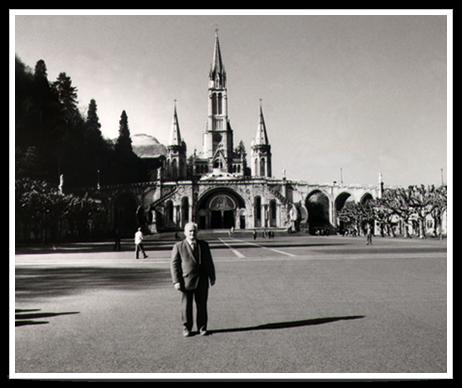 Le Dr LEFEBURE devant la Cathédrale de Lourdes